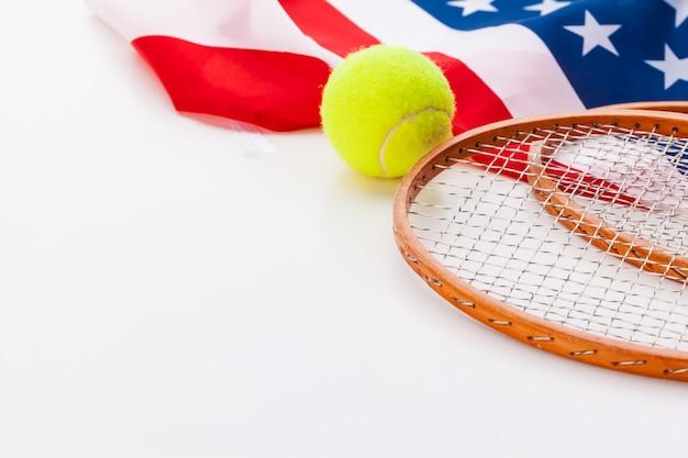 Amerikanische flagge mit tennisschlägern. Premium Fotos