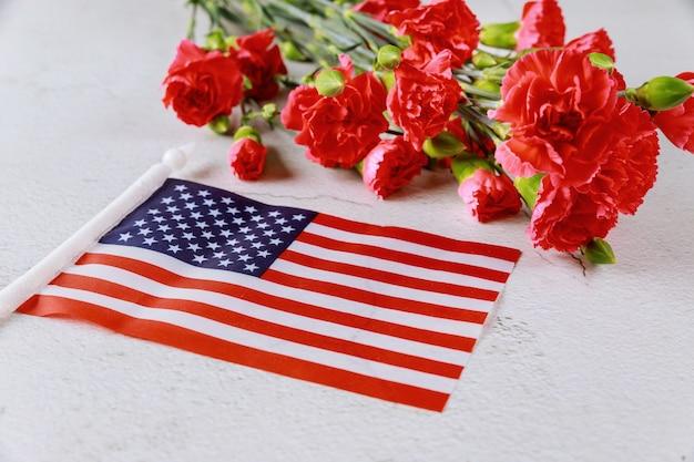 Amerikanische flagge und blumen auf weißer oberfläche Premium Fotos