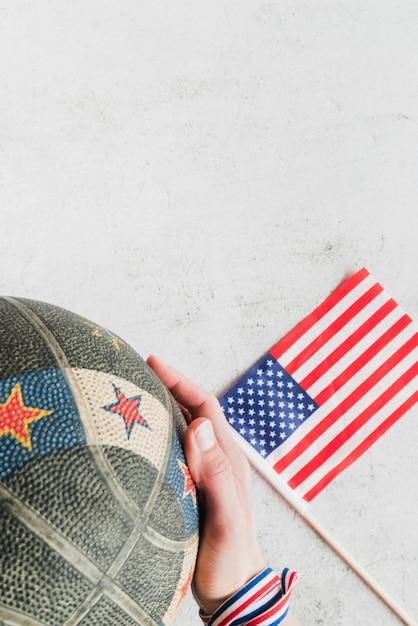Amerikanische flagge und hand mit basketball Kostenlose Fotos
