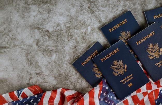 Amerikanische flagge und pässe auf hintergrund mit copyspace Premium Fotos
