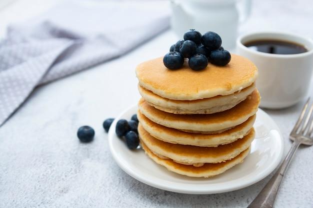 Amerikanische pfannkuchen mit den blaubeeren, frühstück oder imbiß, getrennt auf weiß Premium Fotos