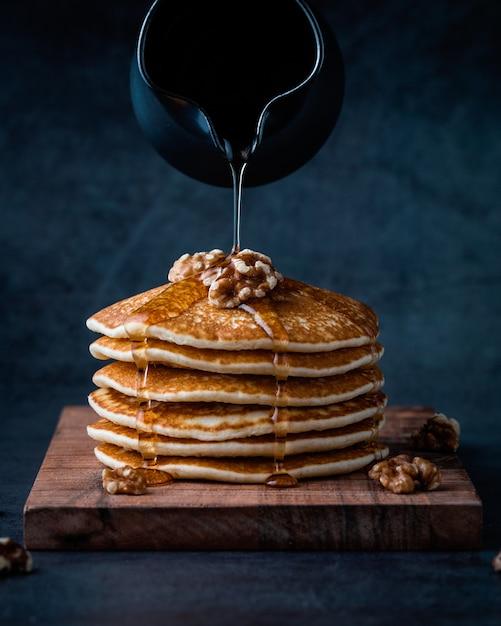 Amerikanische pfannkuchen oder crepes mit flüssigem honig Kostenlose Fotos