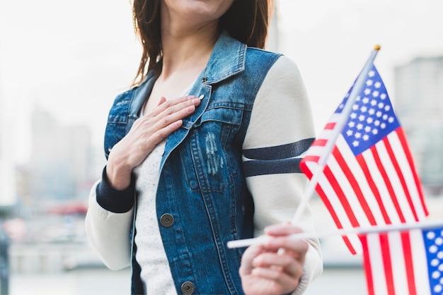 Amerikanische treue frau, die flaggen hält Kostenlose Fotos