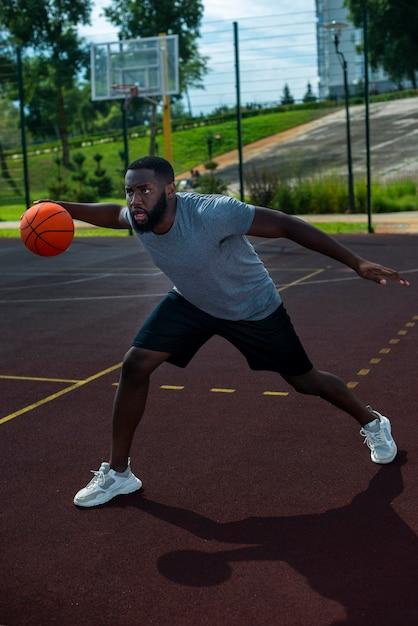 Amerikanischer mann, der basketball-totale spielt Kostenlose Fotos