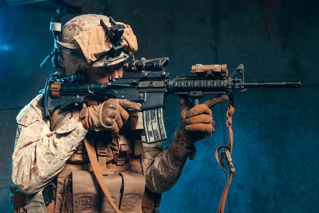 Amerikanischer privater militärunternehmer, der ein gewehr schießt. Premium Fotos