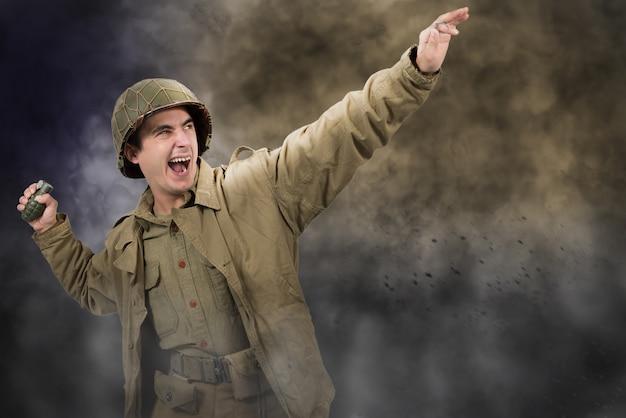 Amerikanischer soldat ww2, der eine granate wirft Premium Fotos