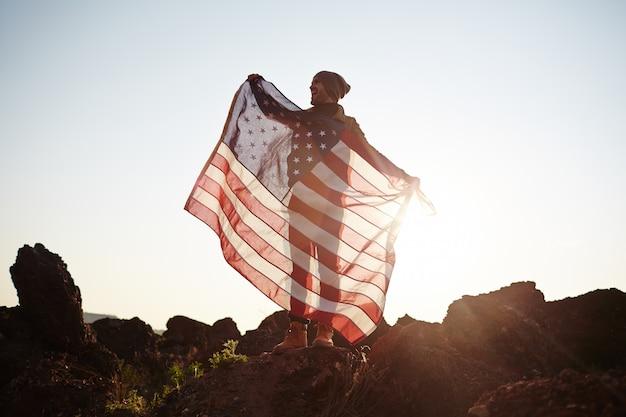 Amerikanischer staatsbürger auf berggipfel Kostenlose Fotos