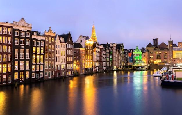 Amsterdam in der abenddämmerung Premium Fotos