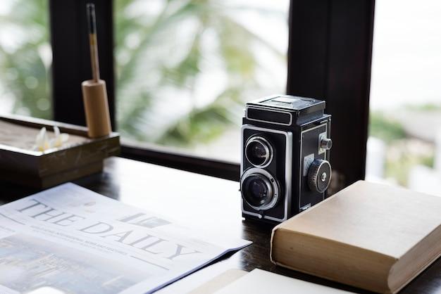 Analoge kamera der weinlese auf einem schreibtisch Kostenlose Fotos