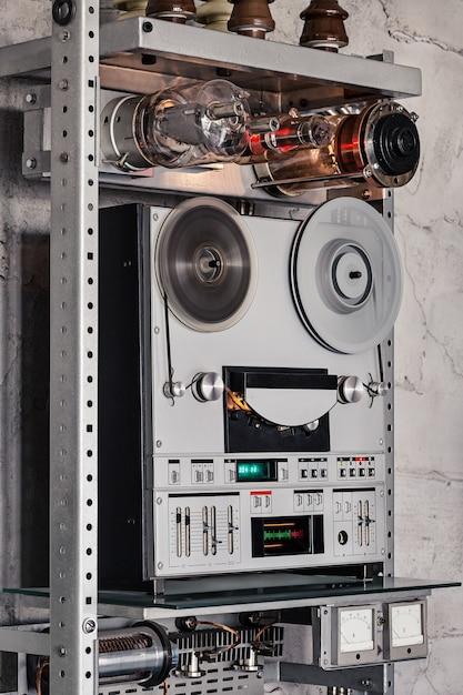 Analoges stereo-tonbandgerät mit zwei spulen. Premium Fotos