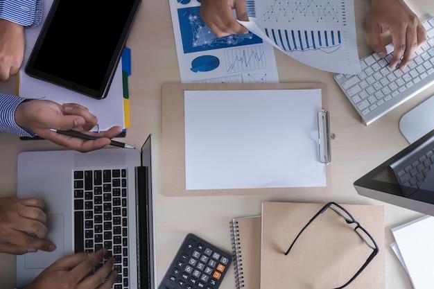 Analyse der arbeit rechnungswesen auf laptop-investitionskonzept. Premium Fotos