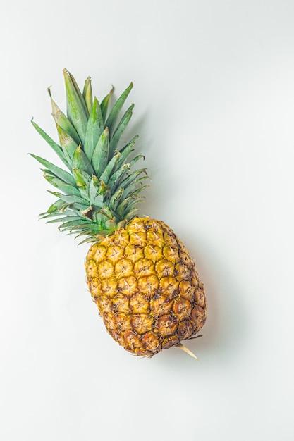Ananas auf unbedeutendem weißem brett Premium Fotos