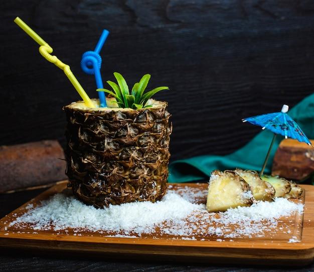 Ananas frisch auf einem hölzernen brett mit kokosnuss Kostenlose Fotos