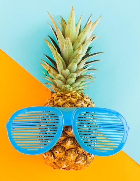 Ananas in der sonnenbrille auf buntem hintergrund Kostenlose Fotos