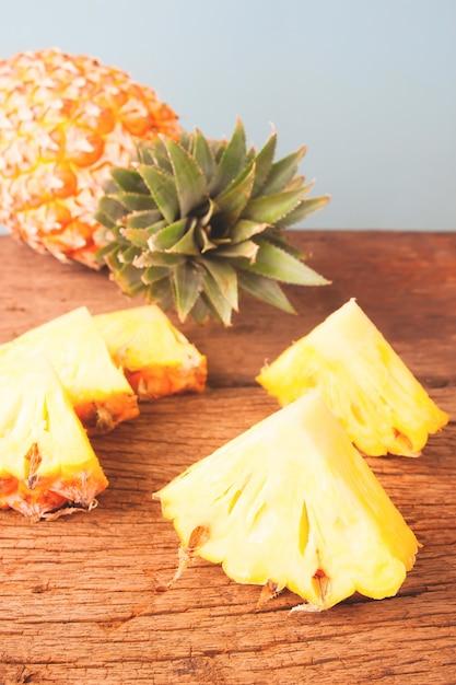 Ananasscheibe auf rustikalem holztisch Premium Fotos