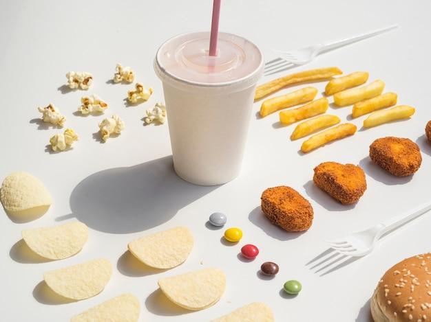 Aneinander gereihte nuggets, pommes, pommes und soda Kostenlose Fotos