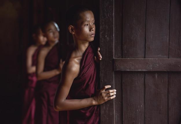 Anfängermönche in myanmar Premium Fotos