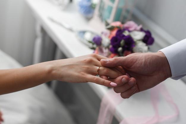 Angebot von hand und herz. ein mann gibt einer frau die hand. heiratsantrag. der bräutigam gibt der braut die hand. romantischer moment hautnah. romantisches date Premium Fotos