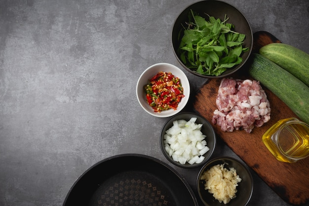 Angebratenes gehacktes schweinefleisch mit basilikum. Kostenlose Fotos