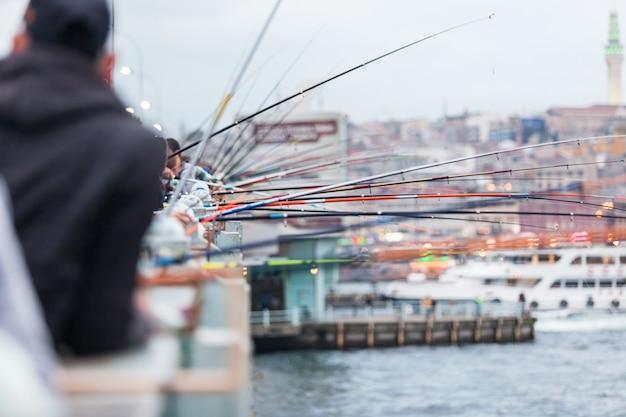 Angelruten auf der galata-brücke in istanbul Premium Fotos