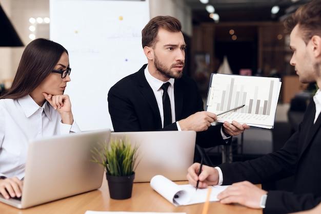 Angestellte der firma halten eine sitzung am tisch ab Premium Fotos