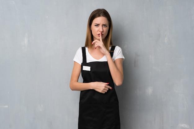 Angestelltfrau, die ein zeichen der ruhegeste finger in mund setzt zeigt Premium Fotos