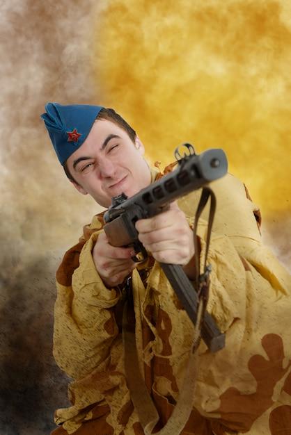 Angriff des sowjetischen soldaten ww2 Premium Fotos