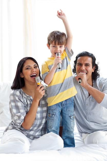 Animierte familie, die mit mikrofonen singt Premium Fotos