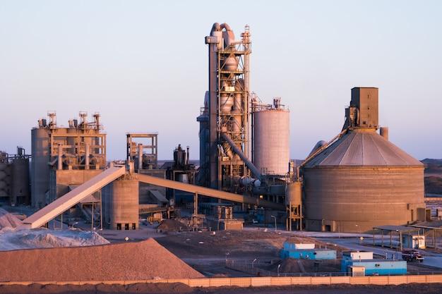Anlagen zur herstellung von asphalt, zement und beton. betonwerk Premium Fotos