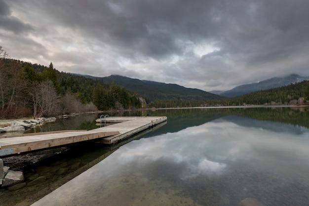 Anlegestelle am see, whistler, britisch-columbia, kanada Premium Fotos