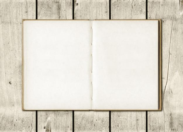 Anmerkungsbuch auf einem weißen hölzernen hintergrund Premium Fotos