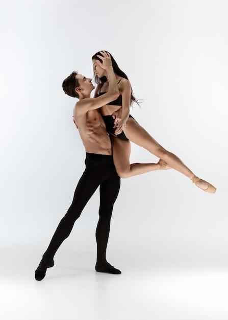 Anmutige klassische balletttänzer tanzen lokalisiert auf weißem studiohintergrund. Kostenlose Fotos