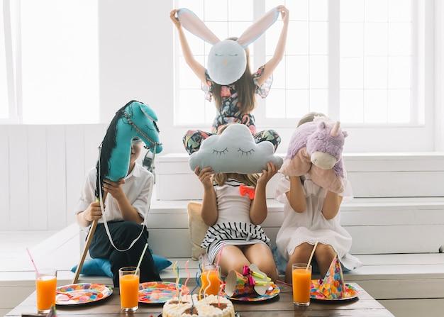 Anonyme kinder mit spielzeug auf geburtstagsfeier Kostenlose Fotos
