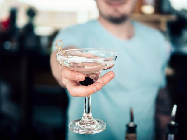 Anonymer barmann, der verziertes glas des getränks dient Kostenlose Fotos