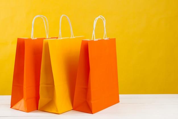 Anordnung für einkaufstaschen auf hellem gelb Premium Fotos