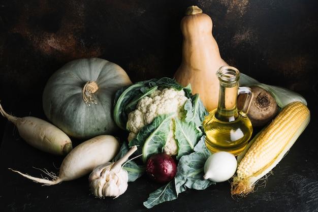 Anordnung für köstliches herbstgemüse mit olivenöl Kostenlose Fotos