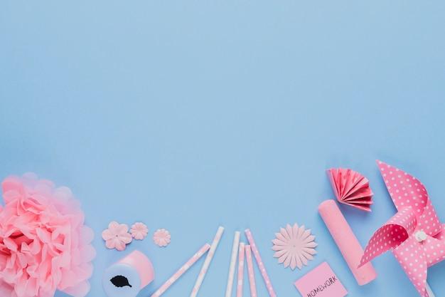 Anordnung für rosa handwerkskunst und -ausrüstung auf blauem hintergrund Kostenlose Fotos