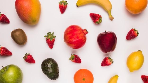 Anordnung für tropische früchte auf weißer oberfläche Kostenlose Fotos