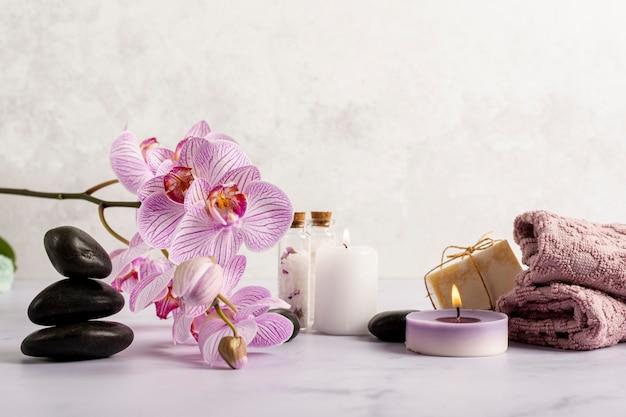 Anordnung mit badekurortblumen und -kerzen Premium Fotos