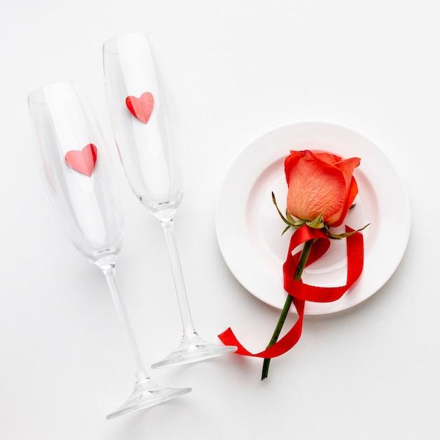 Anordnung mit champagnergläsern auf weißem hintergrund Kostenlose Fotos