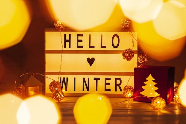 Anordnung mit hallo winterzeichen und -lichtern Kostenlose Fotos