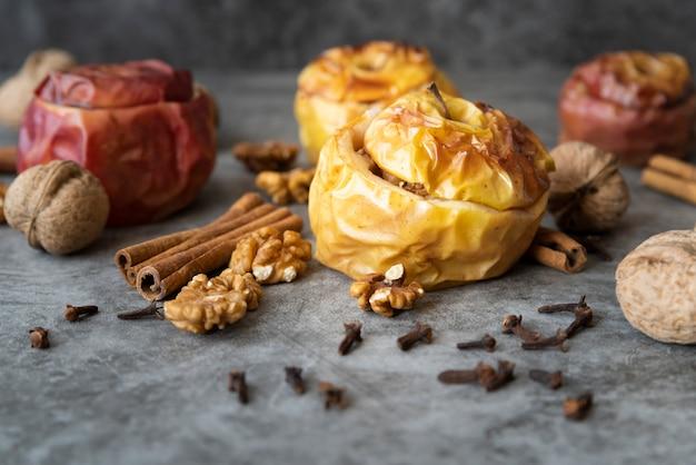 Anordnung mit köstlichen gekochten äpfeln und nüssen Kostenlose Fotos