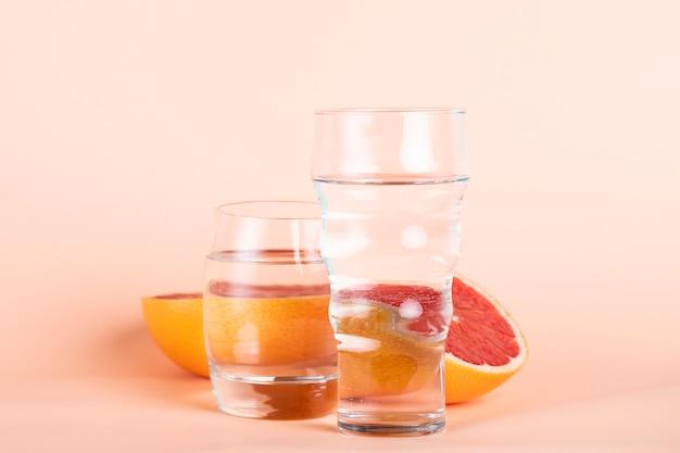 Anordnung mit roter orange und gläsern wasser Kostenlose Fotos