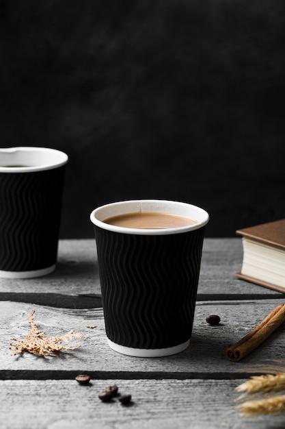 Anordnung mit tasse kaffee auf hölzernem hintergrund Kostenlose Fotos