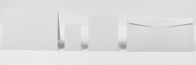 Anordnung mit umschlag und papierstücken Kostenlose Fotos