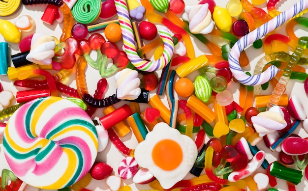 Anordnung verschiedenfarbiger bonbons Premium Fotos