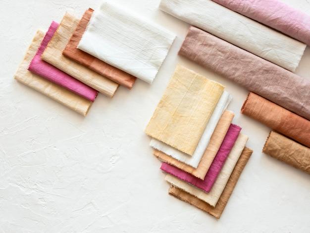 Anordnung verschiedenfarbiger tücher mit natürlichen pigmenten Premium Fotos