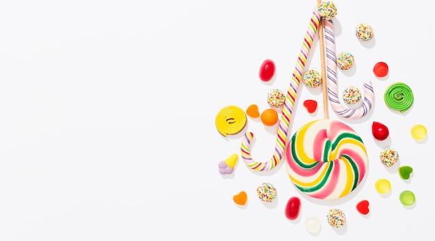 Anordnung von bonbons auf weißem hintergrund mit kopienraum Kostenlose Fotos