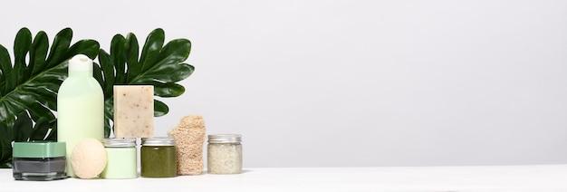 Anordnung von hautpflegeprodukten mit palmblättern Premium Fotos