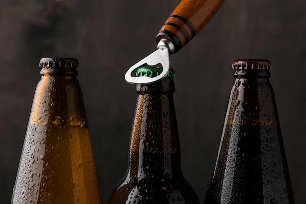 Anordnung von öffnern und bierflaschen Kostenlose Fotos
